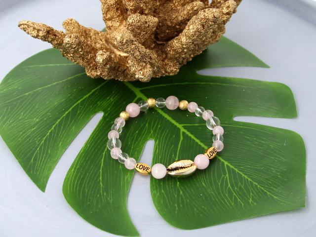 Inšpirácia: Elastický ruženinový náramok so zlatou Kauri mušľou