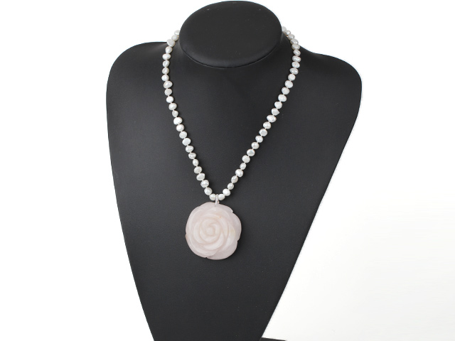 Náhrdelník perly a prívesok ruženín v tvare veľkej ruže