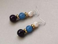 Visiace náušnice biela riečna perla a modrý a fialový achát