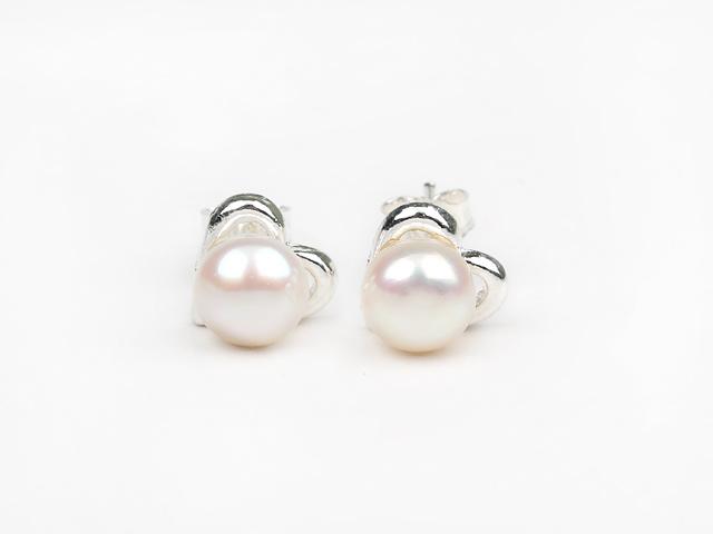 Prepichovacie náušnice biela riečna perla 6-7mm so srdiečkom