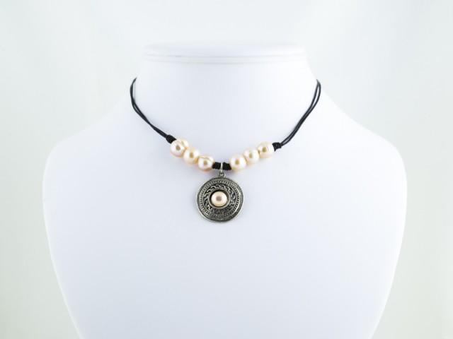 Náhrdelník ružové riečne perly a kovový prívesok na koženej šnúrke II