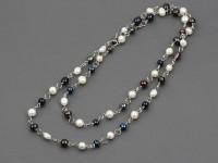Dlhý náhrdelník biele a čierne riečne perly