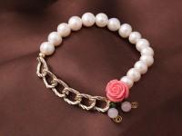 Náramok biele riečne perly, ruženín a ružový kvietok