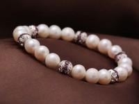 Náramok 8-9mm biele riečne perly s fialovými krištáľmi