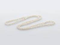 Dlhý náhrdelník biele riečne perly 4-5mm