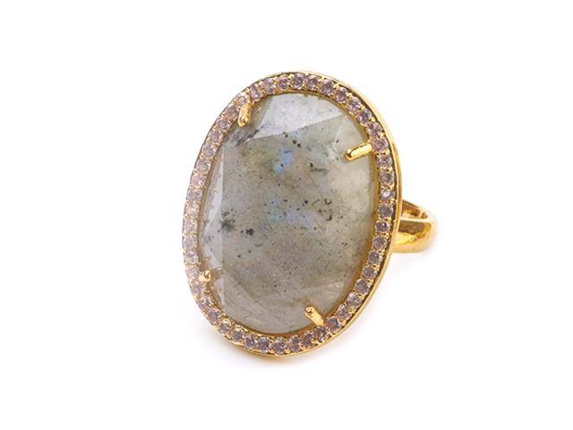 Nastaviteľný prsteň prírodný labradorit oválneho tvaru s kryštálikmi - zlatý