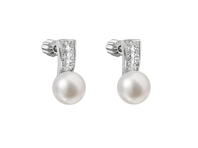 Strieborné náušnice visiace s bielou riečnou perlou